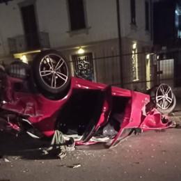 In 5 giovani si ribaltano con l'auto davanti alle scuole di Verdello: illesi