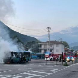 In fiamme un pullman della Sab, Vigili del fuoco in azione ad Albino - Foto