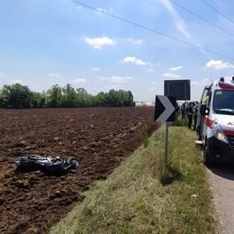 Incidente a Treviglio, si schianta con la moto nel campo: grave un 25enne