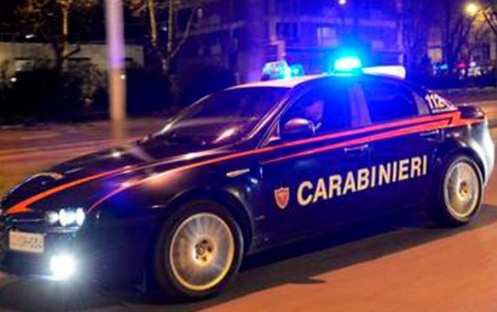 Manomettono le cassette antincendio, con gli estintori danneggiano le auto a Casnigo: due 20enne denunciati