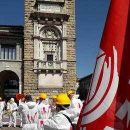 «Basta morti sul lavoro», i sindacati degli edili in piazza. Anche a Bergamo un flash mob - Foto e video