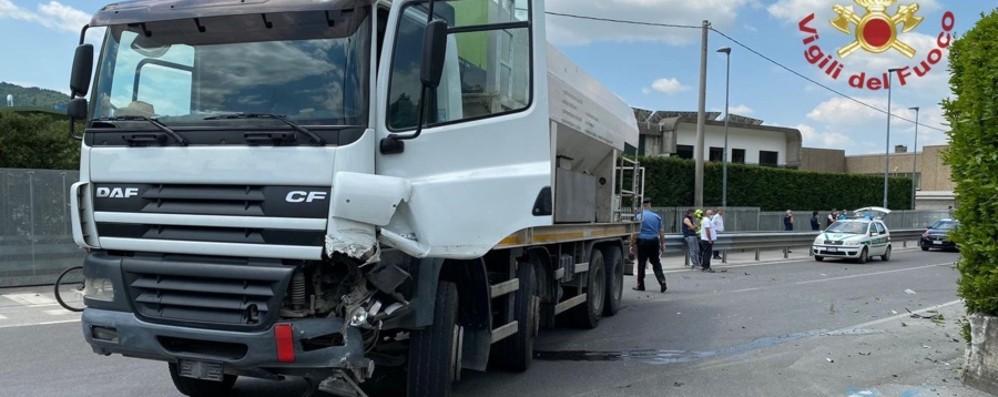 Schianto tra un'auto e un tir a Zandobbio: grave la mamma, feriti due gemellini di 3 mesi
