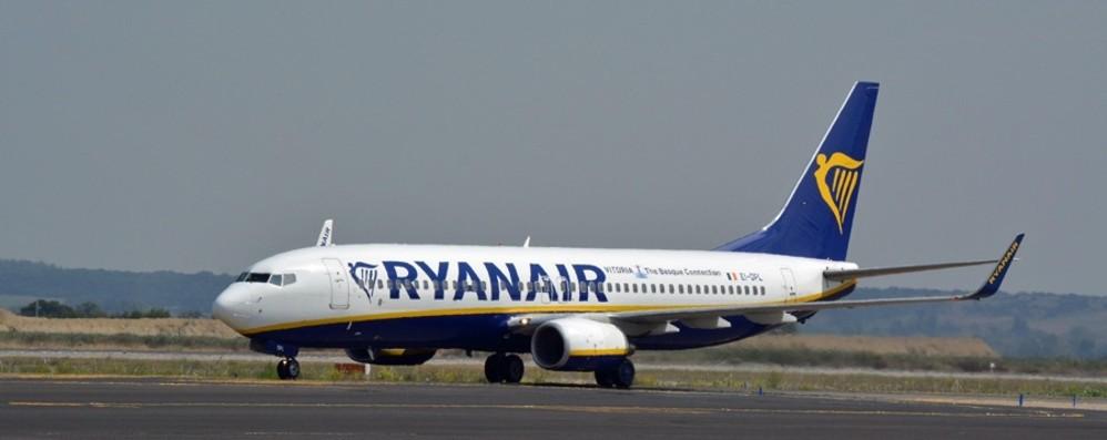 Senza mascherina insulta stewart e passeggeri, caos su un volo per Orio: donna denunciata