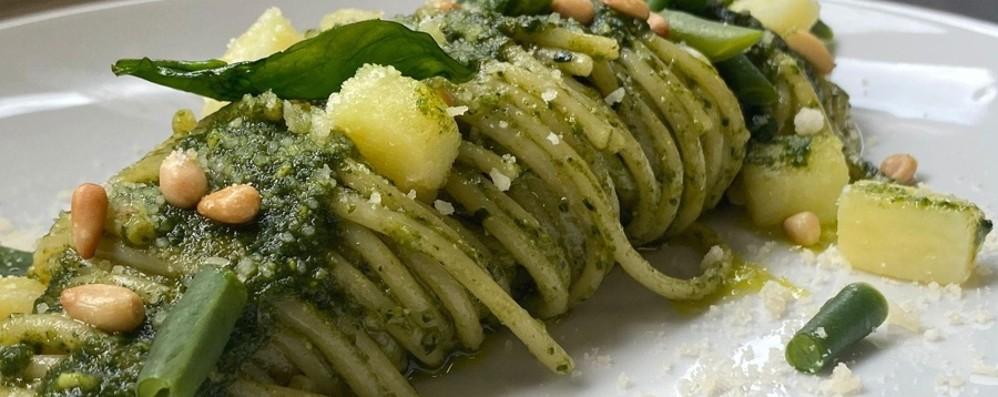 Spaghetti al pesto con patate e fagiolini