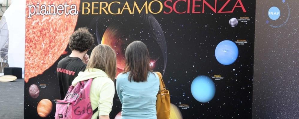Torna BergamoScienza: in giugno il pre festival tra Luna Rossa, dinosauri, medicina e arte