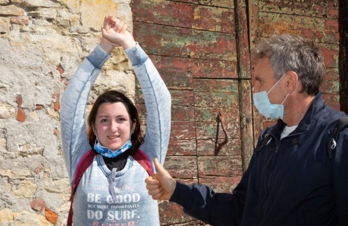 Gaia fa stretching  e riceve l'ok del prof Benaglia
