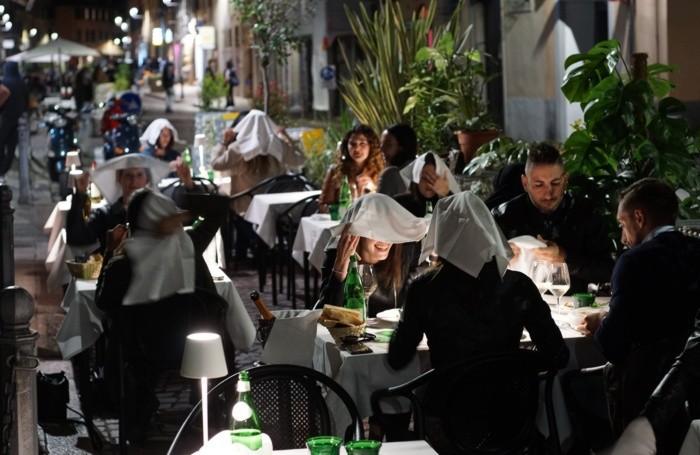 ristorante spazi esterni dopo la riapertura legata alla pandemia del covid coronavirus