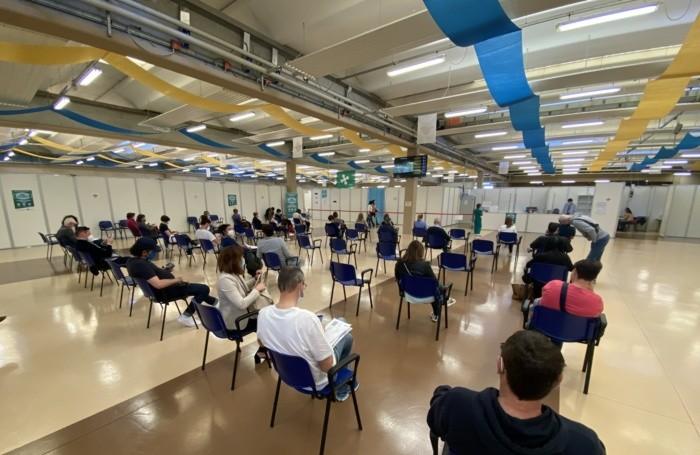 Centro vaccini Chiuduno persone in attesa del vaccino contro il coronavirus covid