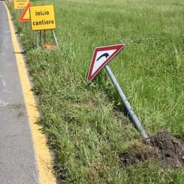Abbatte cartello con lo scooter, grave un giovane a Verdellino