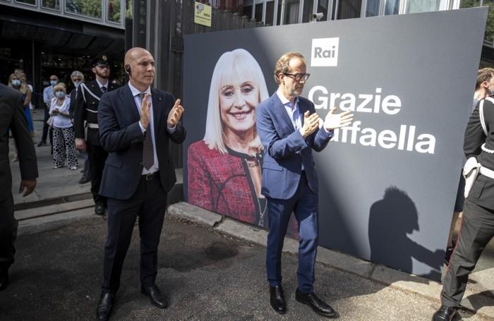 L'ad della Rai Fabrizio Salini (s) applaude all'arrivo del corteo in viale Mazzini