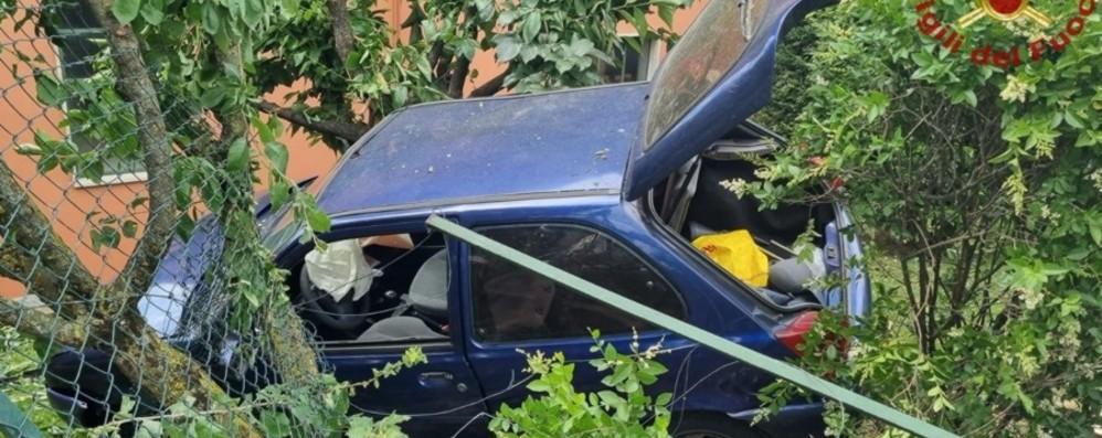 Auto fuori strada a Curno, scattano i soccorsi: ferito un 50enne