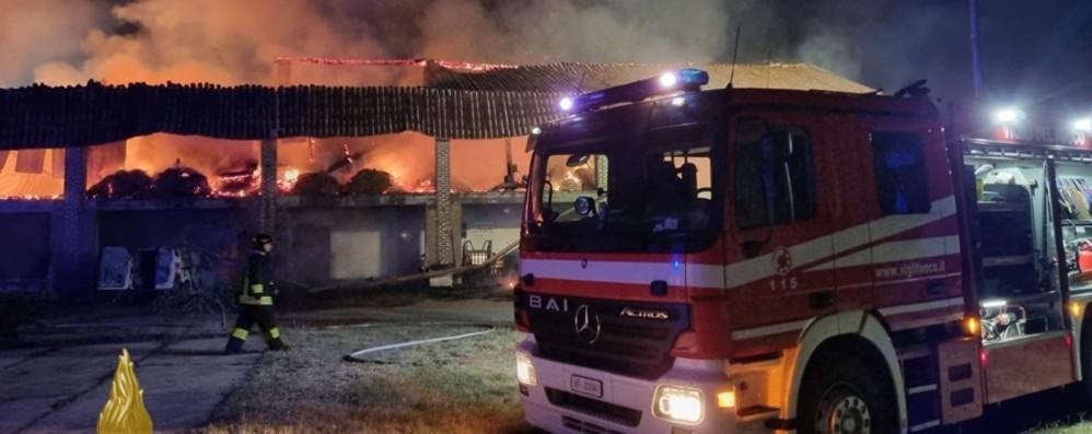Brucia un fienile a Castel Cerreto nella notte. I carabinieri hanno denunciato un uomo - Foto