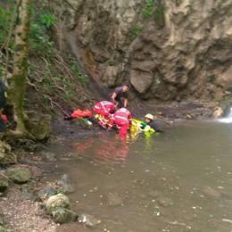 Cade da 7 metri, 28enne ferita alle Buche di Nese: in ospedale con l'elicottero