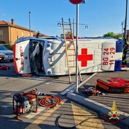 Calvenzano, scontro fra auto e ambulanza: quattro feriti non gravi