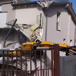 Camion con gru si ribalta, danni a un edificio ad Alzano - Foto