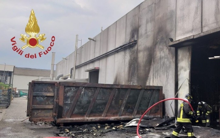 Colonna di fumo e fiamme fuori da un'azienda a Bagnatica: bruciano due cassonetti