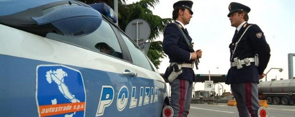 Colpita da un infarto mentre guida in autostrada, donna salvata dalla polizia