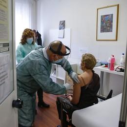 Covid, in Lombardia con i vaccini evitati 2 mila decessi tra gli over 60