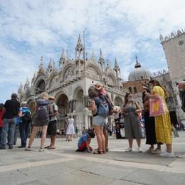 Da lunedì l'Italia bianca, tranne la Valle d'Aosta. I dati nazionali ancora in calo: 881 positivi e 17 vittime