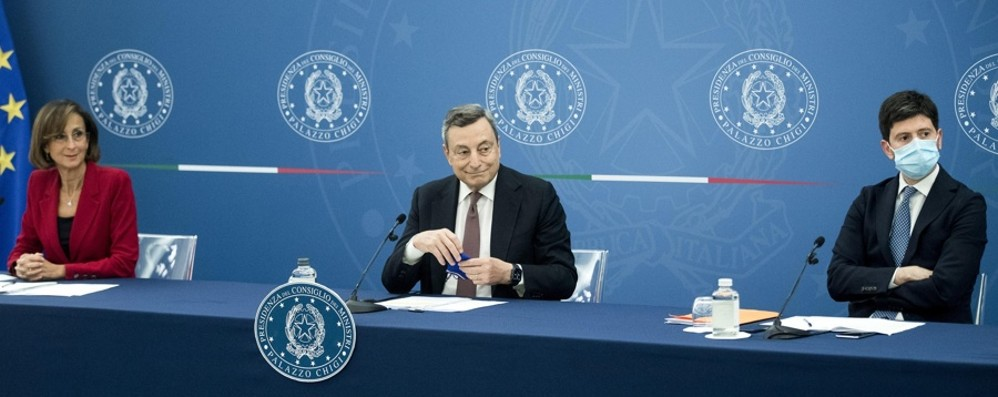 Draghi: «Gli italiani si vaccinino. Il Green pass è una condizione per tenere aperte le attività» - Video