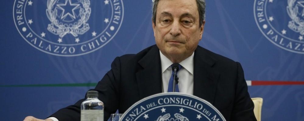 Draghi: «La cosa peggiore è non vaccinarsi o farlo con una dose sola». Niente mascherina all'aperto? «Chiederò al Cts»
