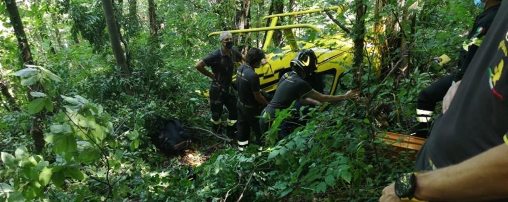 Elicottero privato in difficoltà atterra in un bosco, salvi i due uomini a bordo - Foto
