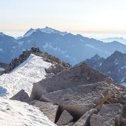 Escursionista 60enne cade sul ghiacciaio dell'Adamello e si trascina per 12 ore fino al rifugio