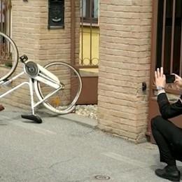 Fermo in bici, un'auto lo travolge: volo di 10 metri, grave pensionato a Fara Olivana