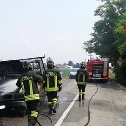 Fiamme sul furgone a Martinengo, gli automobilisti danno l'allarme - Foto