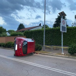 Gorle, auto si ribalta e rimane appoggiata sul fianco: 23enne illeso - Foto