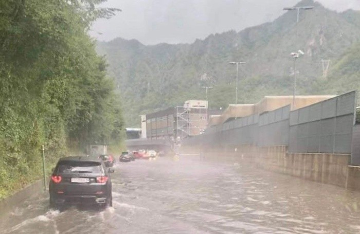 Strada allagata a San Pellegrino vicino allo stabilimento