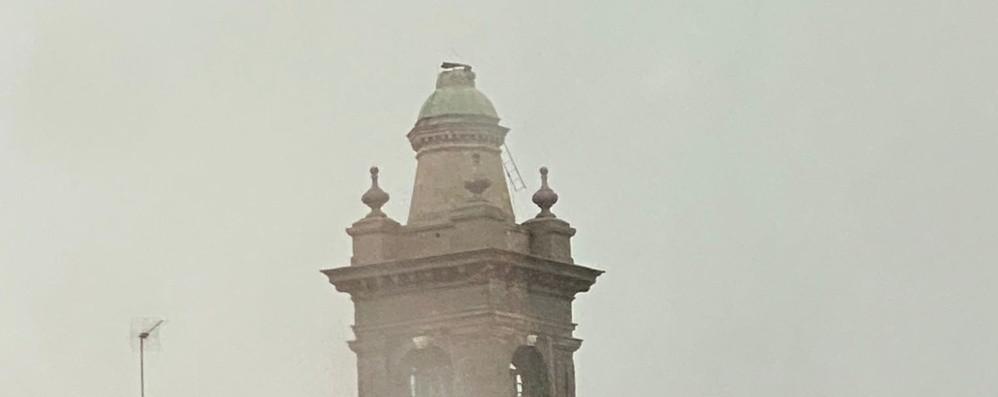 Grandine e raffiche di vento sulla Bergamasca. Treviolo, cade la statua del campanile - Foto e video