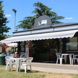 Il chiosco dei gelati nel verde del parco