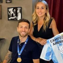 Il Papu torna a Bergamo con la Coppa America e festeggia con gli amici nel suo ristorante