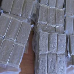 In auto 12 chili di cocaina, a casa altri 12 di hashish: coppia arrestata dai carabinieri - Video