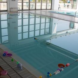 Incidente in piscina, in ospedale una bimba di due anni caduta in acqua