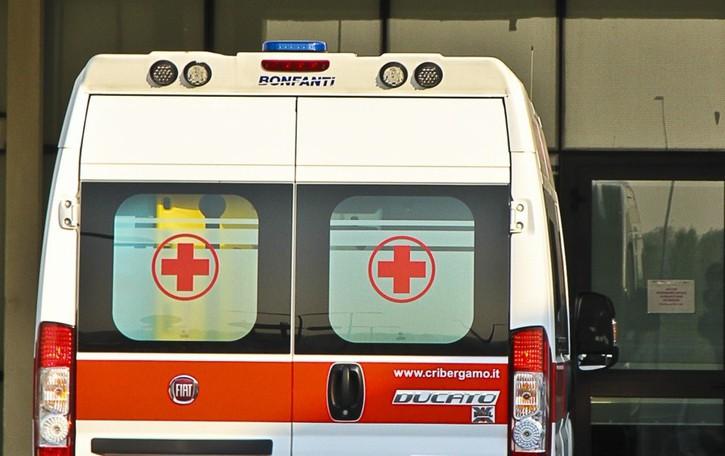 Malore, cade dal balcone: grave una donna di 54 anni a Carvico