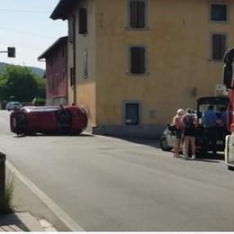 Non si ferma all'incrocio, auto ribaltata a Gorlago