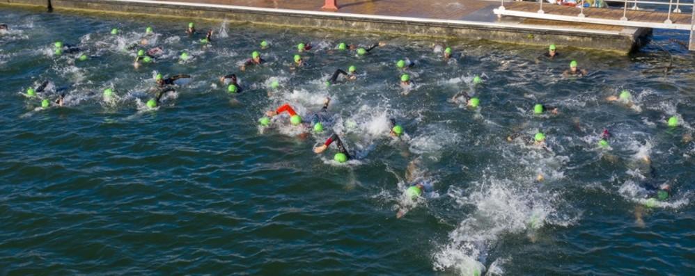 Nuoto, bici e corsa: a Lovere in scena la mezza maratona di triathlon - Foto/Video