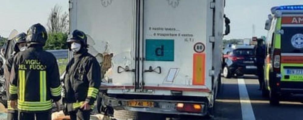 Piacenza, schianto in autostrada tra un furgone e un camion: muoiono 5 operai, uno di Covo