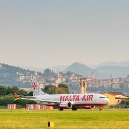 Più silenzioso e meno inquinante, primo volo da Orio per il Boeing 737-8200 Malta Air - Foto e Video