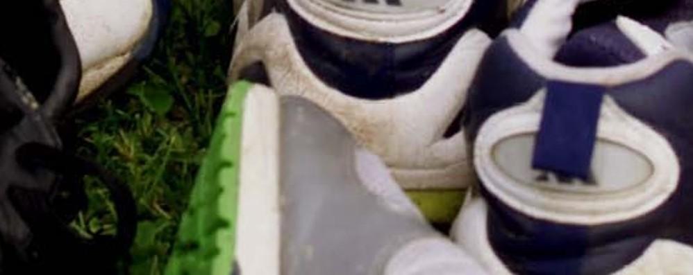Raccolta di scarpe da ginnastica: diventeranno tappeti anti trauma per i parchi