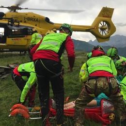 Rifugio Coca, donna colpita al ginocchio da un masso. I soccorritori salgono con il trenino Enel - Le foto
