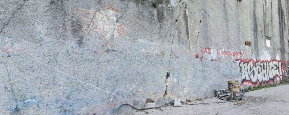 Riva di Solto, via il maxi graffito dall'incanto del Bögn