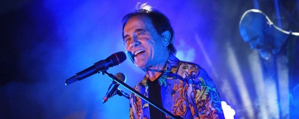 Roby Facchinetti molto emozionato chiude il concerto con l'inno alla speranza «Rinascerò, rinascerai» - Il video