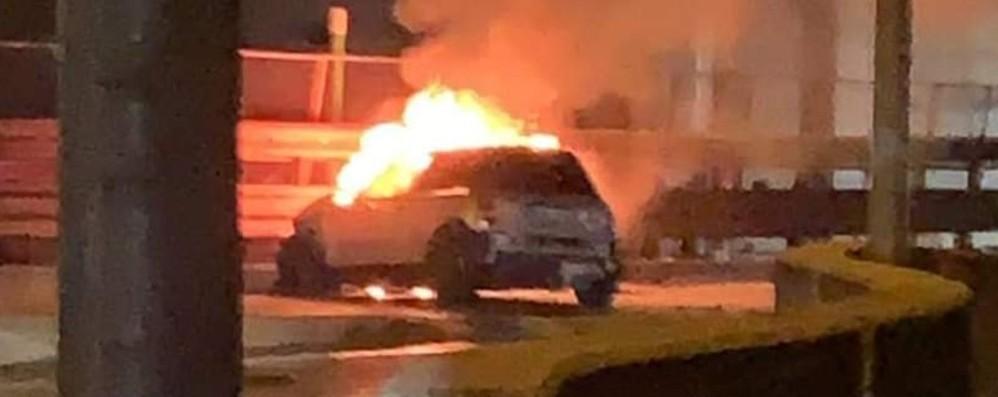 San Pellegrino, auto esce di strada e prende fuoco: in salvo il conducente - Foto