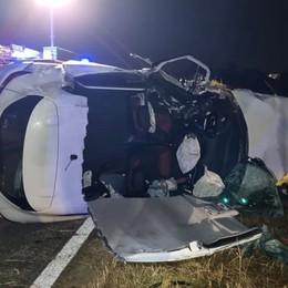 Schianto nella notte tra quattro auto: due giovani feriti, uno è grave