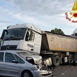 Schianto tra due mezzi pesanti e un'auto in A21: muore camionista di Calcinate - Le foto
