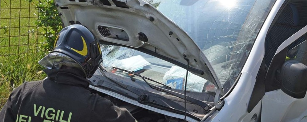 Schianto tra un'auto e un furgone a Romano di Lombardia: due feriti, arriva l'elicottero - Le foto