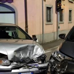 Scontro nella notte a Treviolo: i residenti chiamano i soccorsi, due feriti lievi